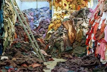 Amoncellement de déchets textiles
