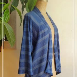 Veste d'été légère bleue faite de tissus récupérés confectionné par Aniela Mieko